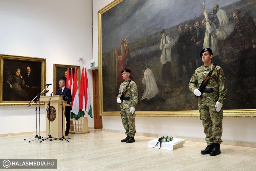 Az aradi vértanúkra emlékeztek, Halason mondott beszédet a honvédelmi miniszter