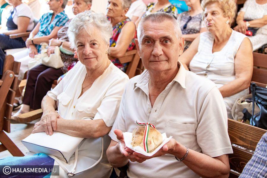 Augusztus 20. kenyéráldással, bucisütéssel