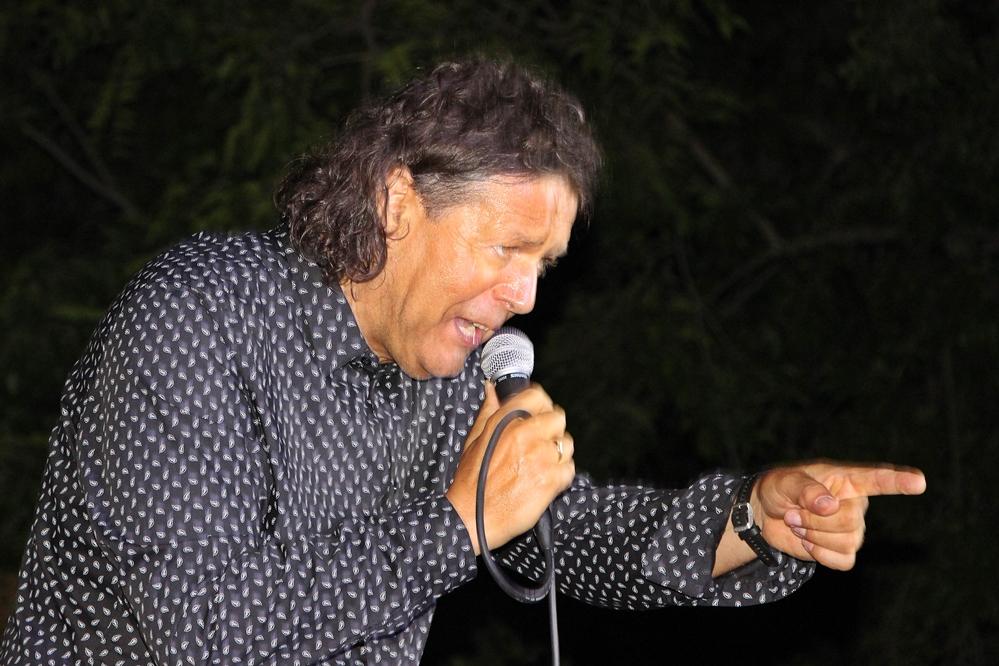 Világutazó énekes érkezik a főtérre