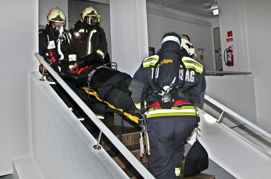 Tűzoltógyakorlat a képzési központban (galériával)