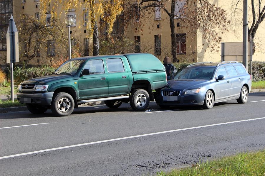 Volvo és Toyota ütközött az 53-ason