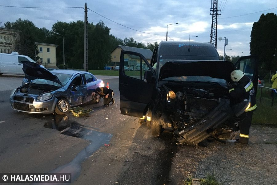 Kisbusz ütközött személyautóval az 53-as főúton (galéria)