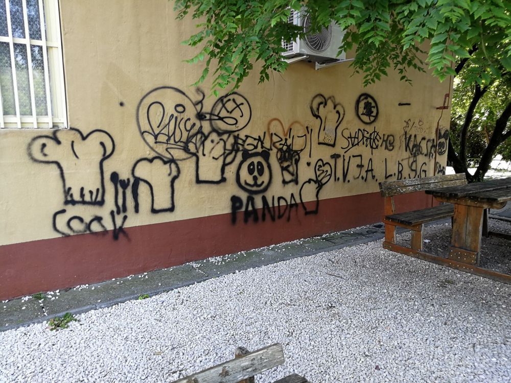 Graffitiző diáklány, 100 ezer forintos a kár