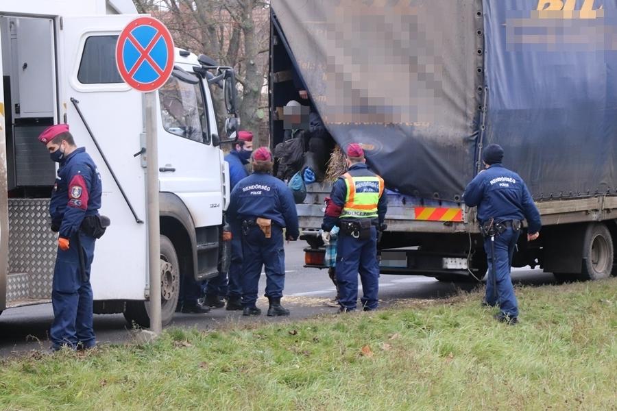 Több tucat migráns rejtőzött egy magyar teherautóban Kiskunhalason (galéria)