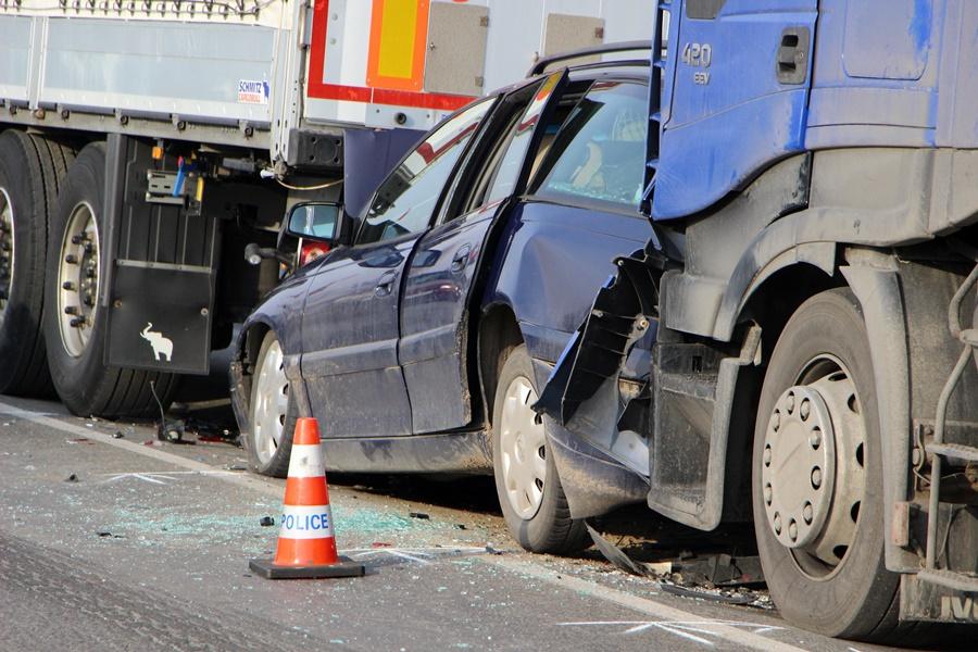 Két kamion nyomta össze az Opelt (galéria)