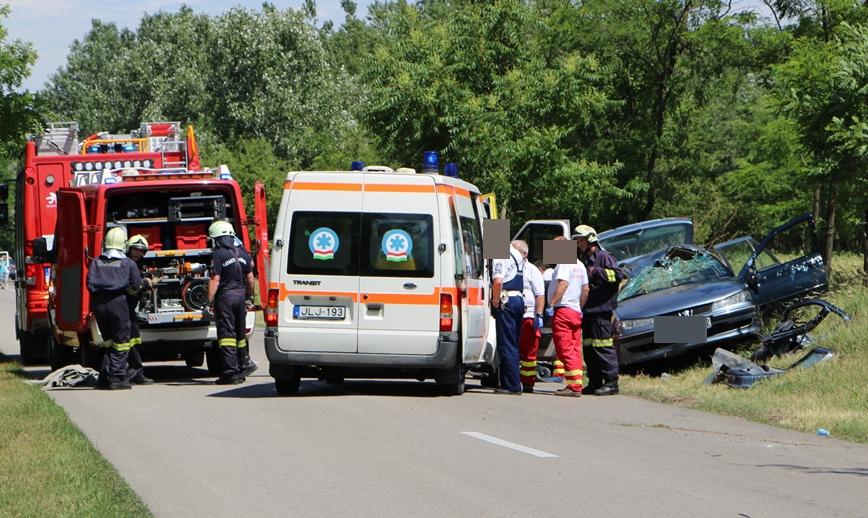 Három sérült a felborult autóban