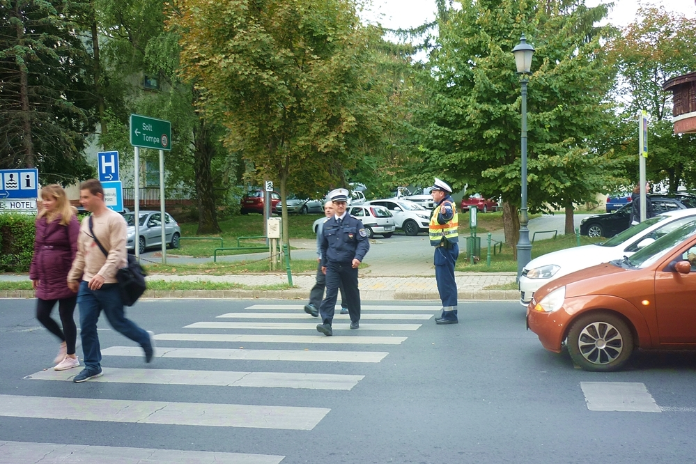 Rendőrök, közterület felügyelők, polgárőrök segítenek az iskolai gyalogátkelőknél