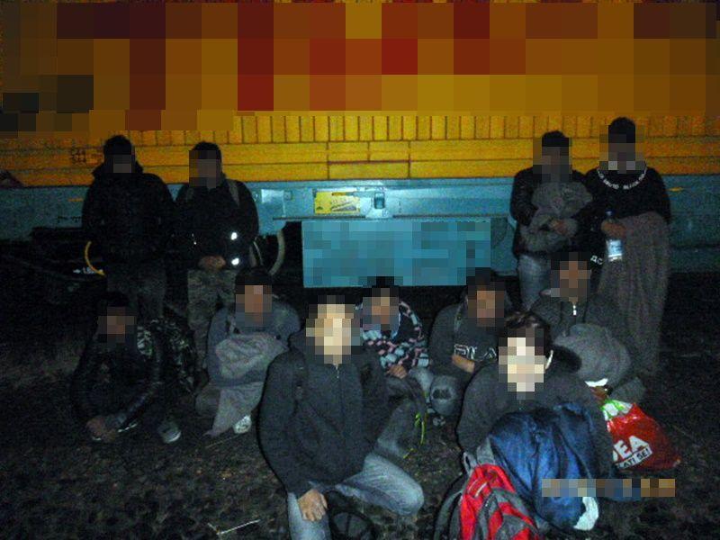 11 afgán a tehervonaton