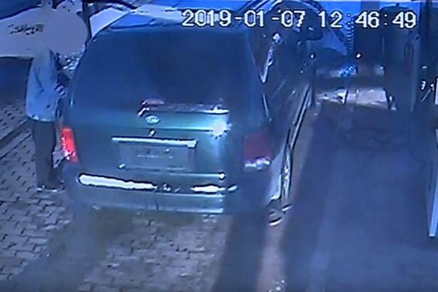 (►) Lopott autóval, fizetés nélkül tankolt, majd árokba borult