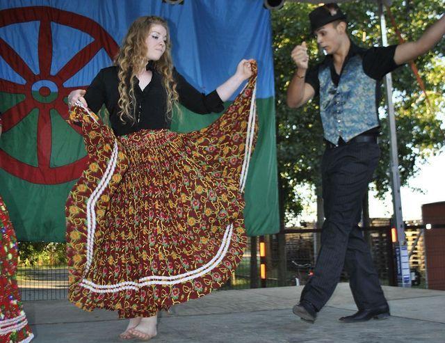 Színpompás ruhák, autentikus táncok