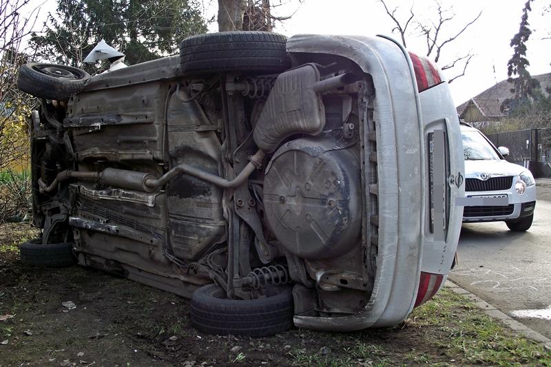 Borult az Opel a kórháznál
