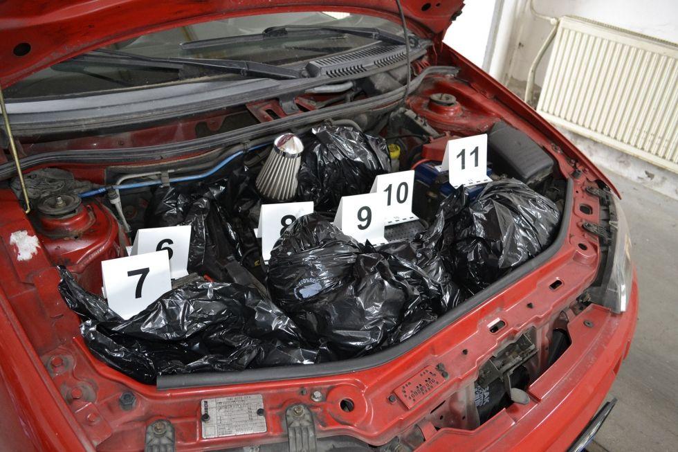 Harminchét kilo drogot csempésztek Béláék