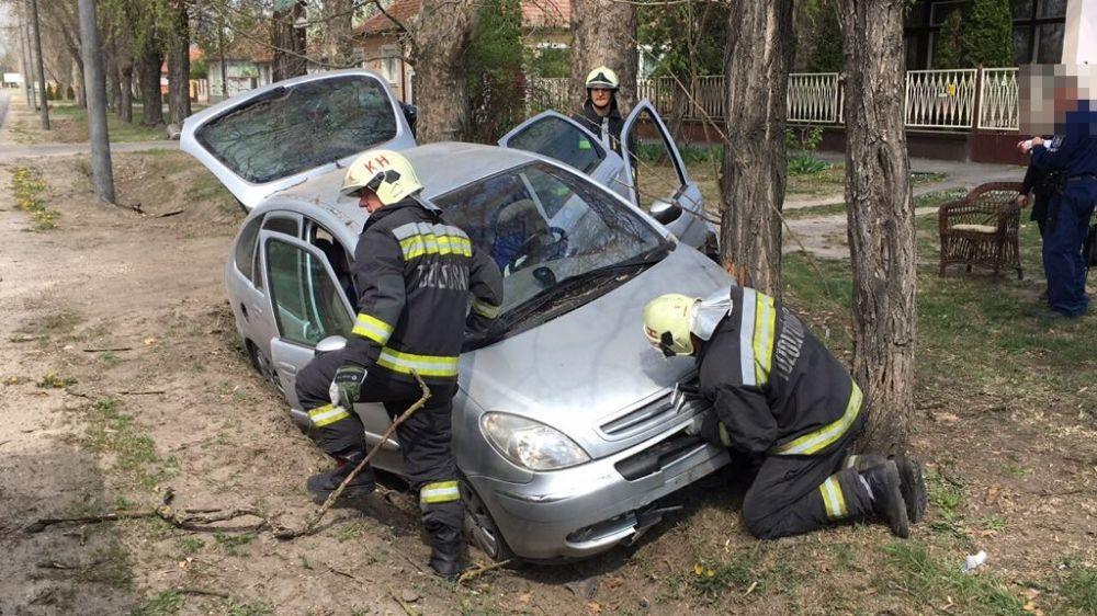 Fának rohant egy autó a Jókain (galéria)