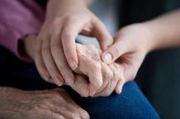 Csökkentenék a bentlakó idősek számát