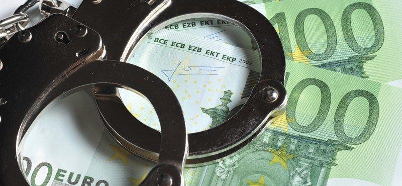 Korrupció gyanú egy pénzügyőrrel és egy civillel szemben