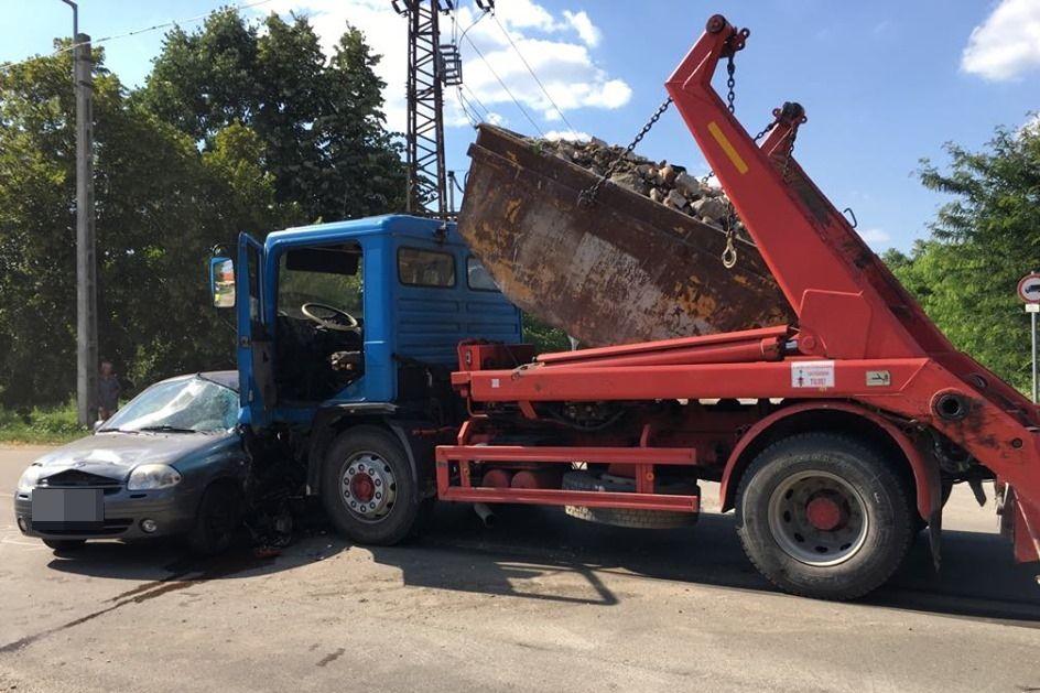 Kihajtott a Renault a MAN teherautó elé (galéria)