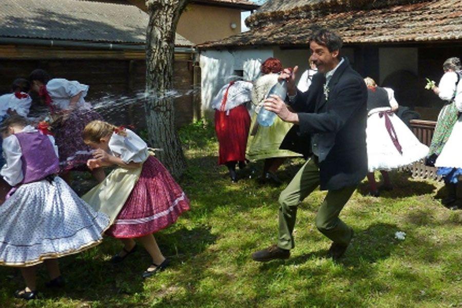 Hagyományos Húsvéti Locsolkodás a Tájházban