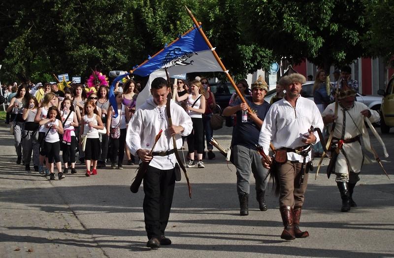 Hömpölygő Szent Iván-menet