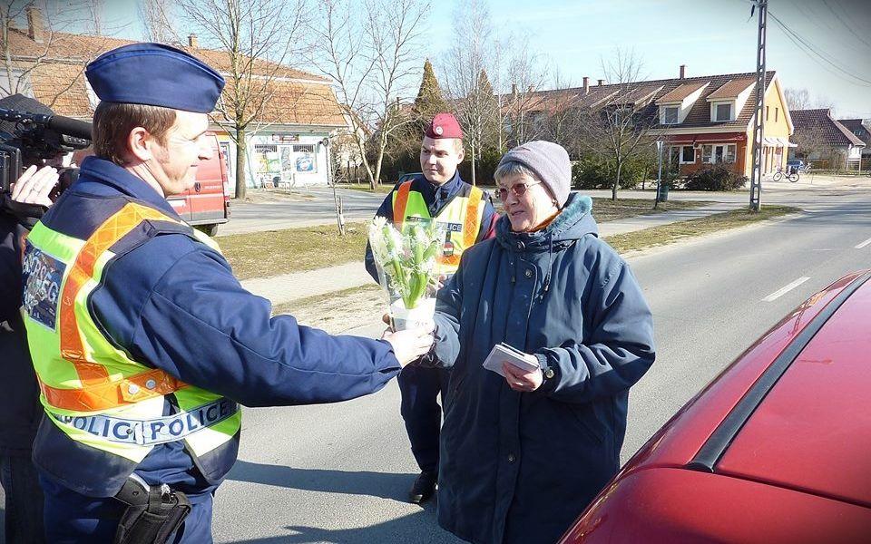 Nőnap a rendőrökkel