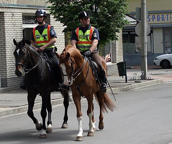 Jönnek a lovasrendőrök