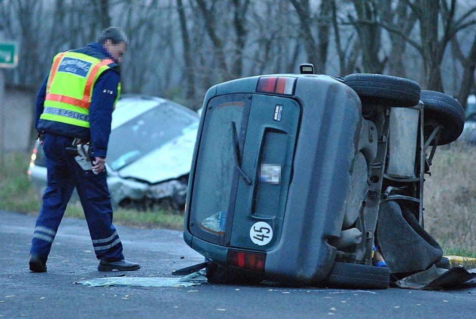 Súlyos sérült a felborult autóban