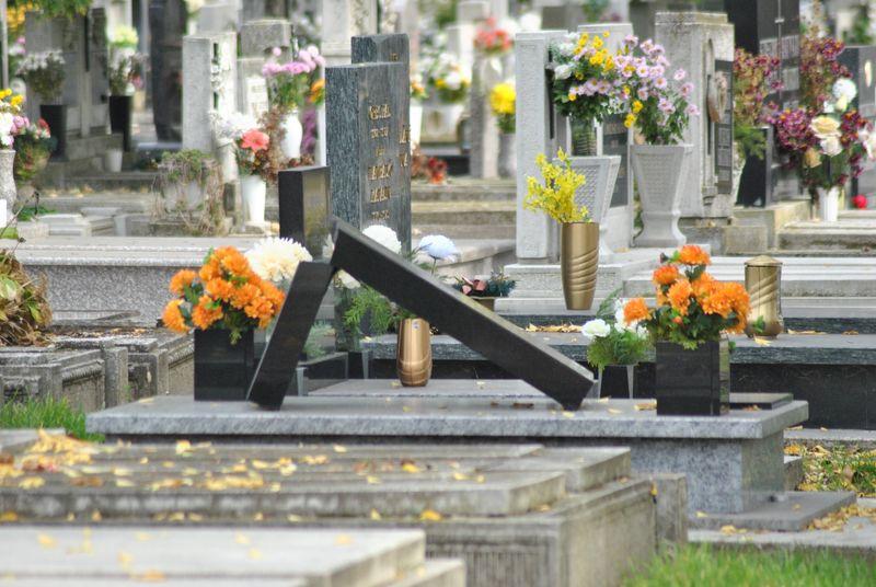 Egyre nagyobb forgalom a temetőknél