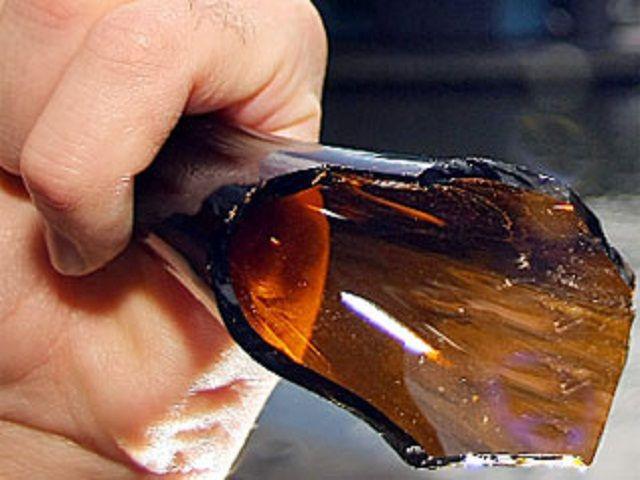 Olivér sörösüveggel ütött