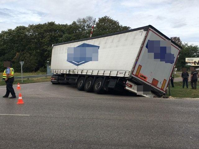 Árokba csúszott egy kamion a kunfehértói vasúti átjáróban (galéria)