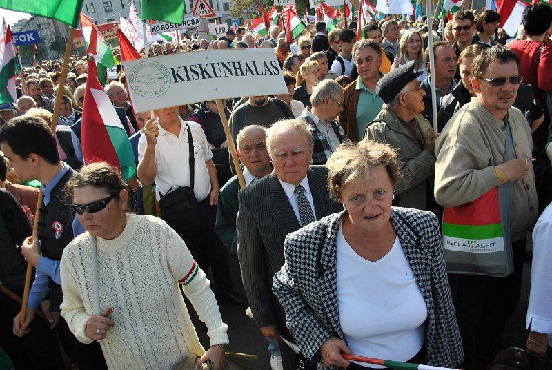 Halasi felvonulók a Békemeneten