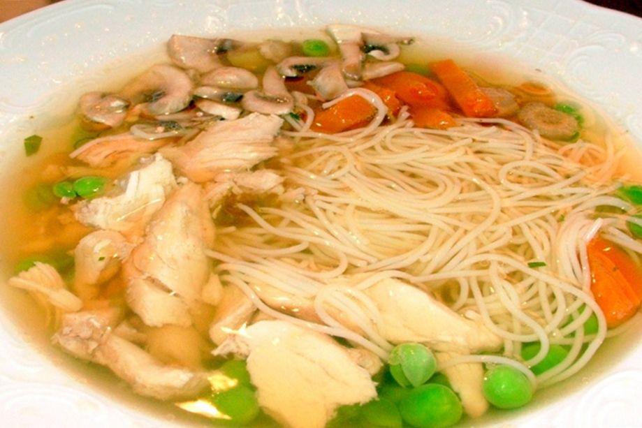 Forró leves kerül a tányérokba