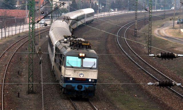 Ellopták a sínek rögzítőit: szünetel a nemzetközi vonatforgalom