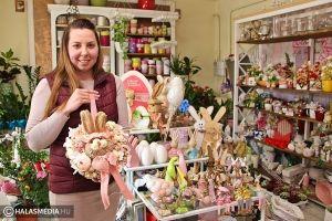 (►) Rózsaszín, barack, sárga és zöld húsvéti dekorációk