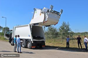 Két új kukásautó járja Halas utcáit