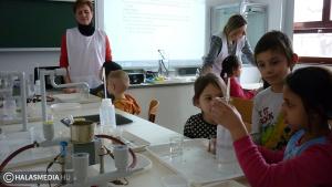 Ovisok kísérleteztek a Szilády-gimnázium laboratóriumában