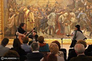 (►) Bach muzsika extrákkal
