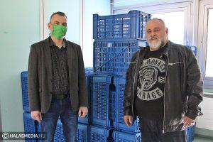 (►) Menyus 100 műanyagrekeszt ajánlott fel a kórháznak