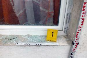 Életveszélyes fenyegetés, ablaktöréssel
