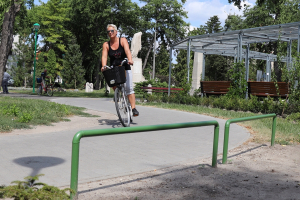 Korlát a bicikliút mellett