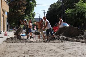 Térkövezés, csapadékvíz-elvezetés a Kárpát utcán
