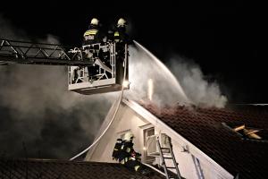 (►) Kigyulladt a tető az Ág utcában