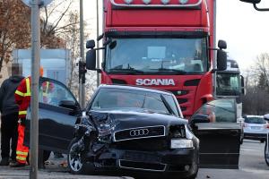 (►) Fiatalokat ért baleset a Park Áruháznál