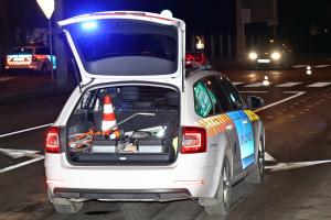 Két rendőrt sodort el egy autó az 53-as főúton