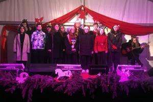 Karácsonyi hangulatot varázsoltak a főtérre a bibós diákok