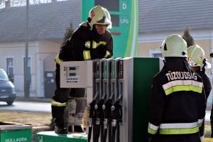 Tűzoltókat riasztottak a halasi benzinkúthoz (galéria)