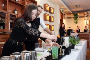 Gergely, a bártender tanította a váris diákokat (galéria)