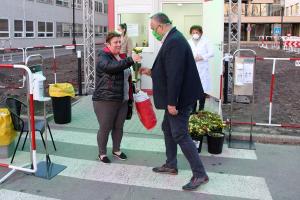 10.500 szál virág a kórházi dolgozóknak