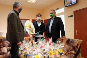 A halasi bokszolók húsvéti ajándéka a kórházi dolgozóknak (galéria)