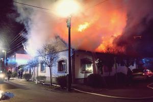 (►) Teljes terjedelmében égett egy halasi ház tetőszerkezete (galéria)