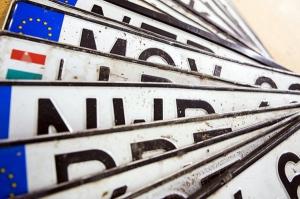 Szemétben talált rendszámot rakott az autójára Jánoshalmán