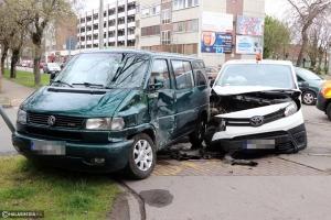 Egy pénzszállító ütközött a mikrobusznak a Kossuth utcán (galéria)